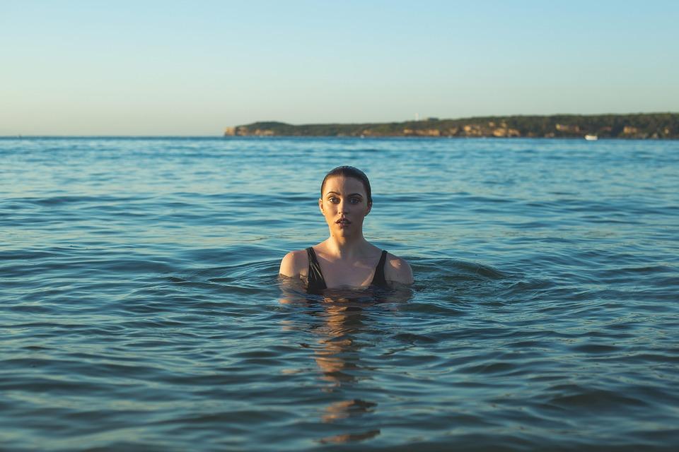 Nager avec une coupe menstruelle